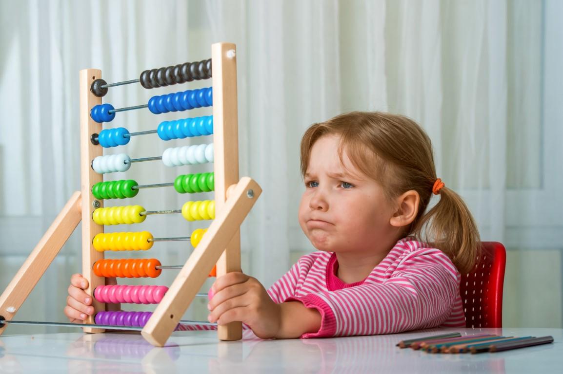 Fillette qui apprend à calculer avec la méthode Abacus