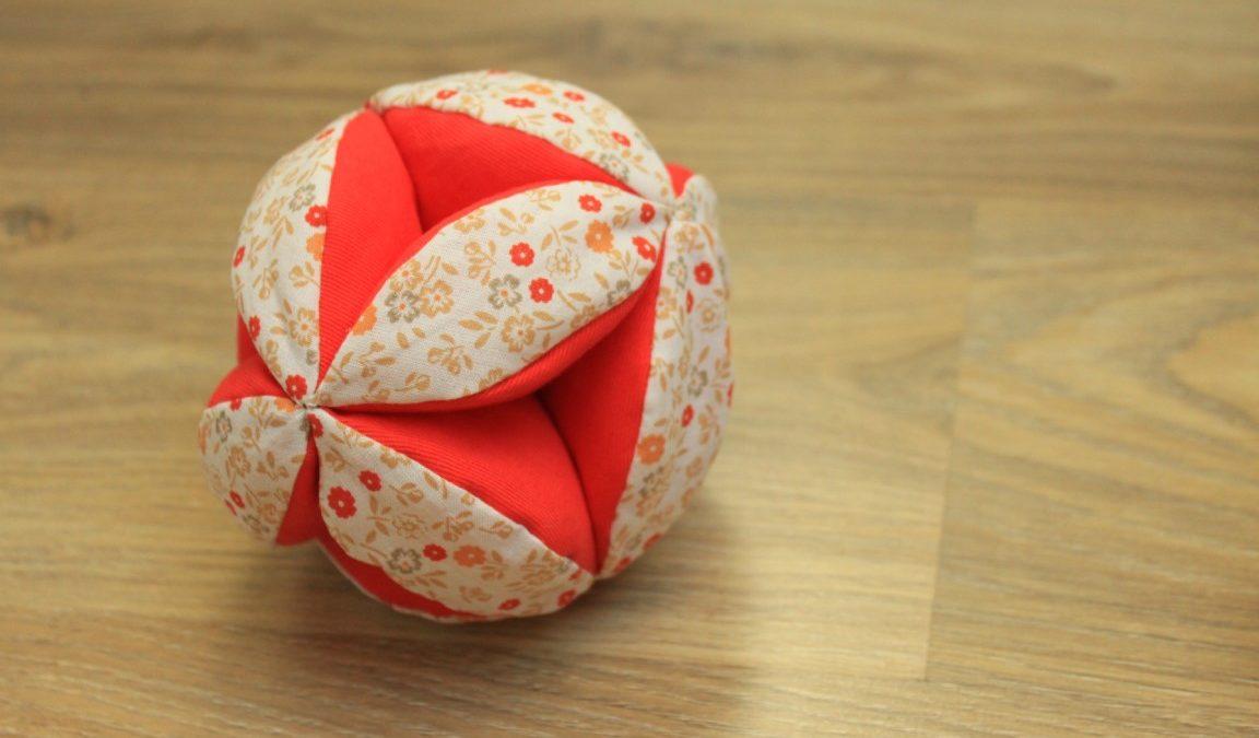 Balle de préhension Montessori : définition et bienfaits