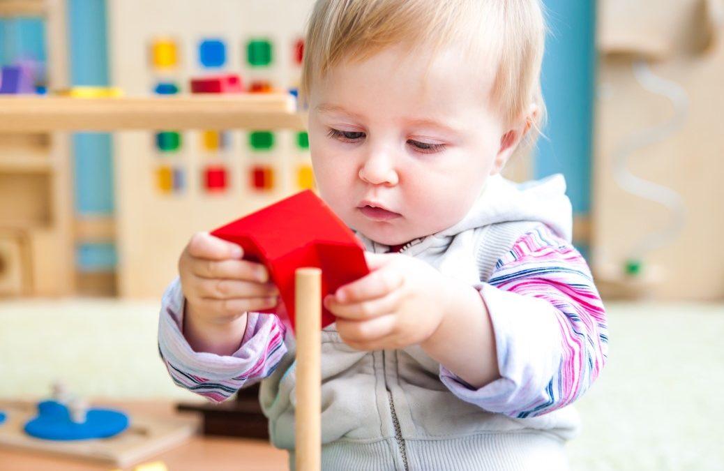 Les jouets Montessori indispensables pour un bébé de 2 ans