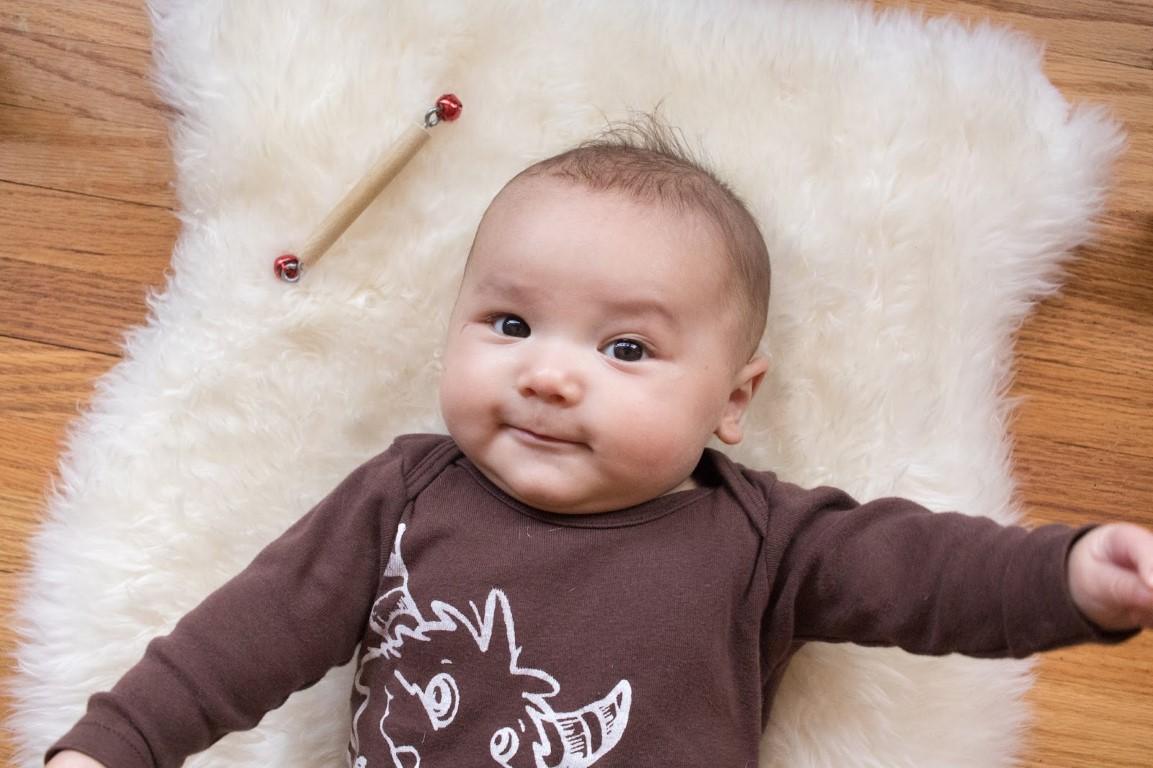 bébé de 1 an avec un hochet montessori
