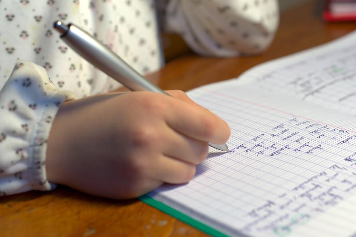 enfant qui apprend la conjugaison méthode montessori