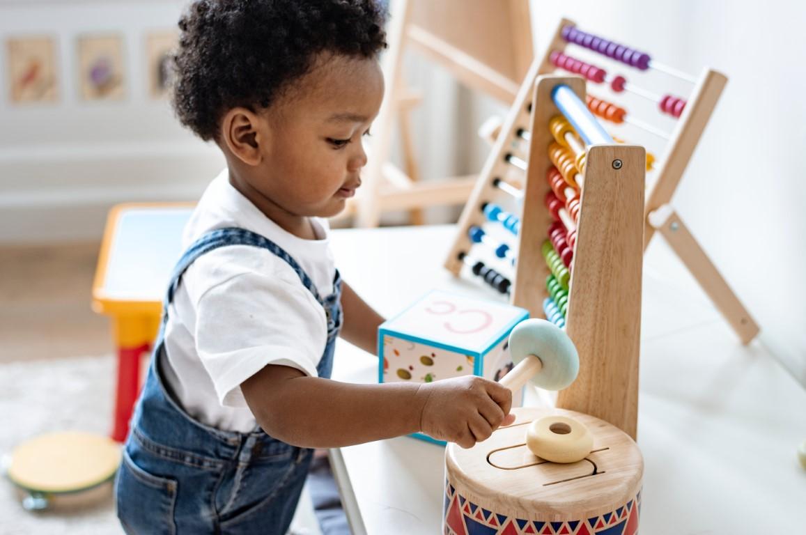 enfant qui joue dans sa chambre montessori