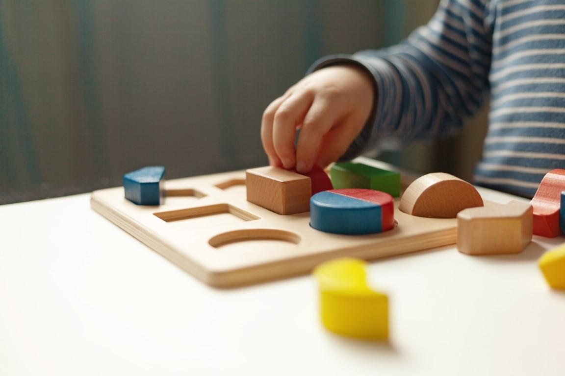 formes à dessin jouet montessori 2 ans